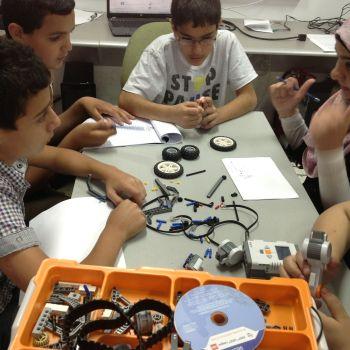 برنامج الروبوت بالتعاون مع كلية وجدي نهاد أبو غربية الجامعية التكنولوجية